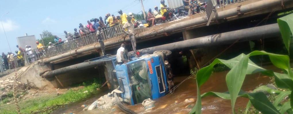 Bénin : Un camion rempli de sacs de ciment tombé du pont de Godomey