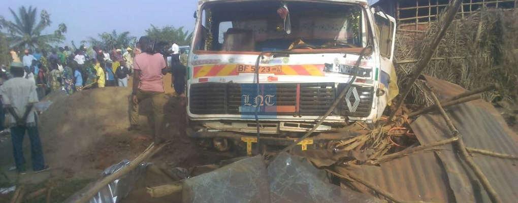 Drame à Agamè : Un camion en déroute tue un homme dans un atelier de vulcanisation