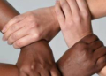 Blackface : Gérard Darmon très critiqué sur la toile