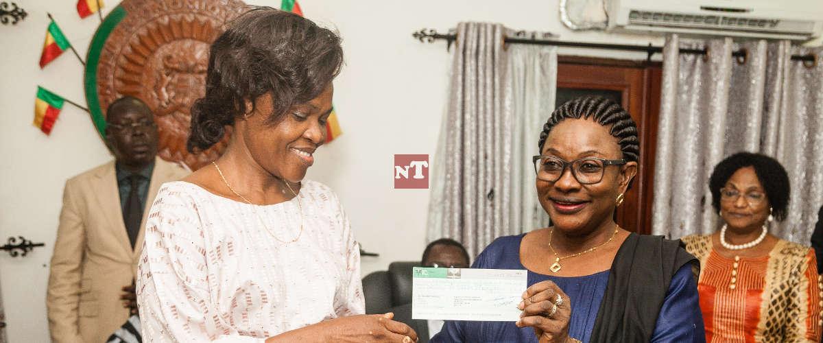 La ministre Bintou Taro remettant un chèque