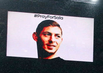 Une photo d'Emiliano Sala projetée sur un écran géant à Cardiff Photo: Getty Images / AFP/Ian Kington