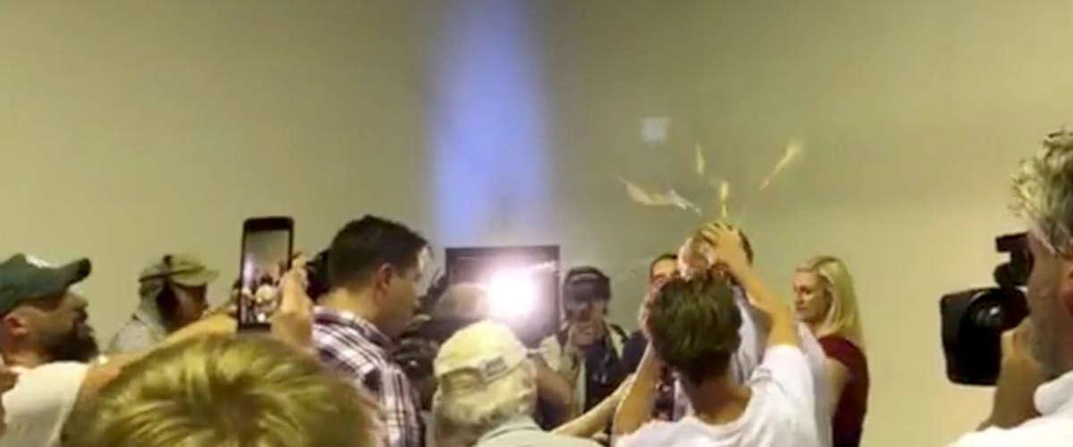 Un jeune homme écrase un œuf sur la tête du sénateur (SOCIAL MEDIA / REUTERS)