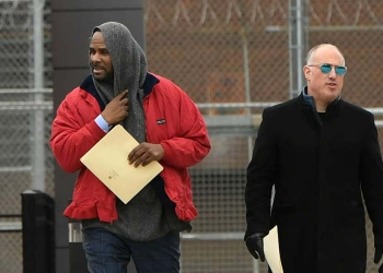 R. Kelly et Steve Greenberg (à droite) après sa remise en liberté. Paul Beaty / AP
