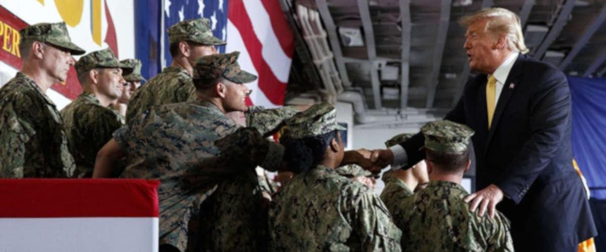 Donald Trump à Bord du USS Wasp. — Evan Vucci/AP/SIPA