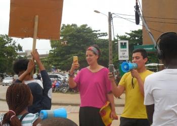 Ivan Argote (en jaune) et Marie Cécile Zinsou (en rose) au cours de la manifestation des enfants