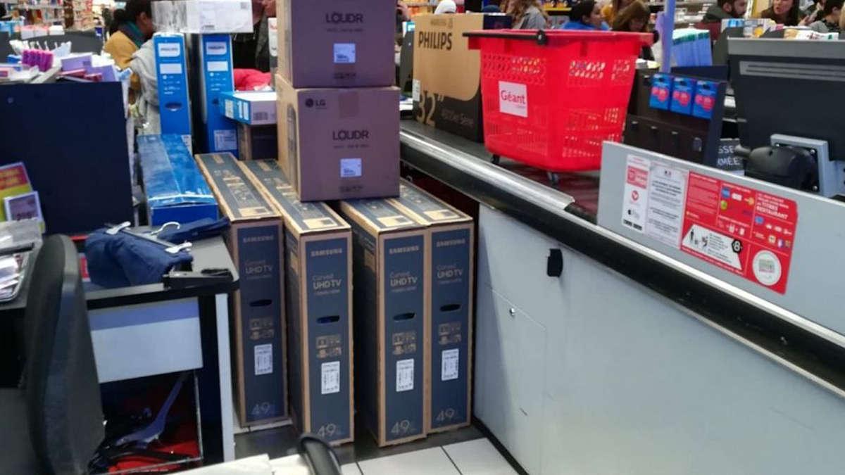 Une véritable cohue aux caisses avec une razzia sur des téléviseurs à prix plus que soldés / © © B. Bock/FTV
