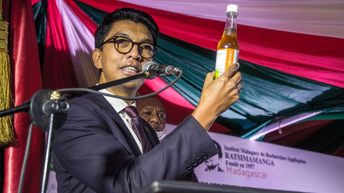 Le président malgache présentant sa solution contre le covid-19