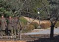 Des soldats nord-coréens, à la frontière avec le sud. PHOTO AFP - AFP