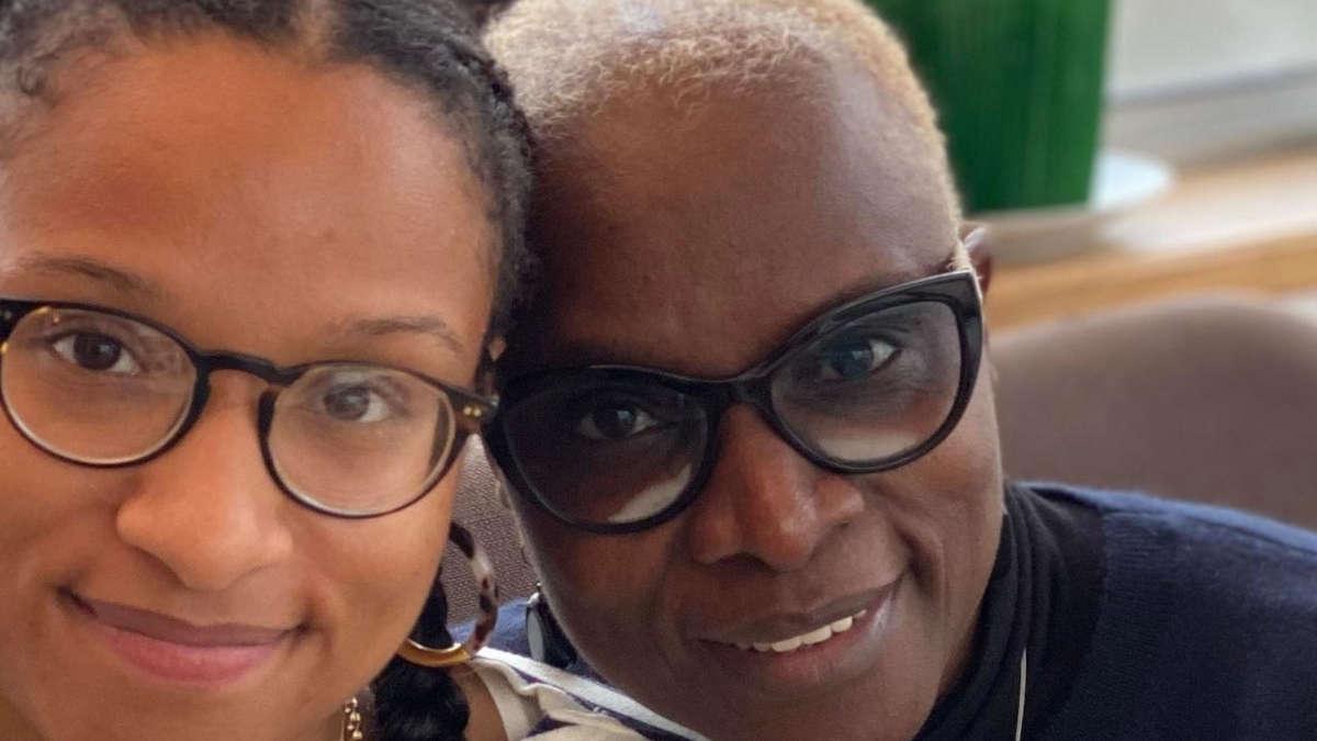 Angélique Kidjo et sa fille Naïma. Issue des archives personnelles de Naïma Hébrail Kidjo (photo prise sur RFI)