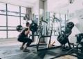 Vidéo: un bodybuilder se déchire la poitrine en soulevant un haltère