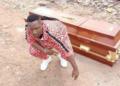 Un célèbre musicien achète son cercueil anticipant son décès