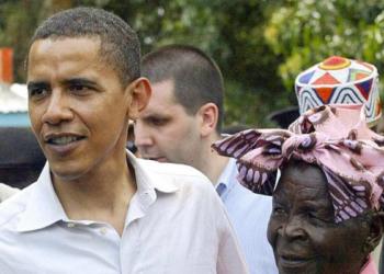 """Barack Obama, ex-président des Etats-Unis, et """"sa grand mère"""" Sarah - Photo AFP"""