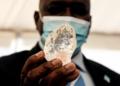 Le président du Botswana en photo avec le 3ème diamant le plus gros du monde (Photo / MONIRUL BHUIYAN / AFP)