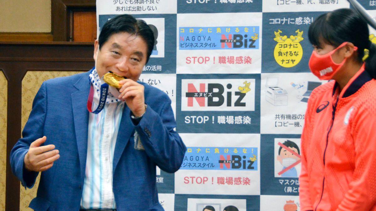Le maire de Nagoya, Takashi Kawamura, mord la médaille d'or olympique de Miu Goto.