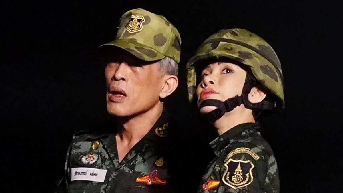 Le roi de Thaïlande aux côtés de son épouse Sineenat Bilaskalayanii. Photo: AFP