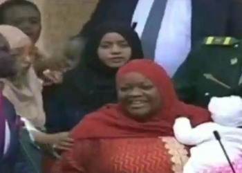 La députée Zuleika Hassan portant son bébé. KBC, télévision publique kényane.